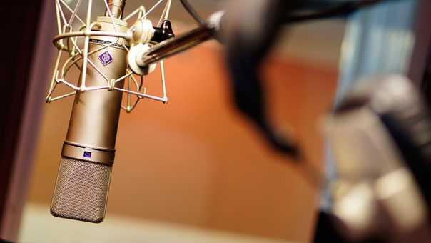 Запсать песню на студии.